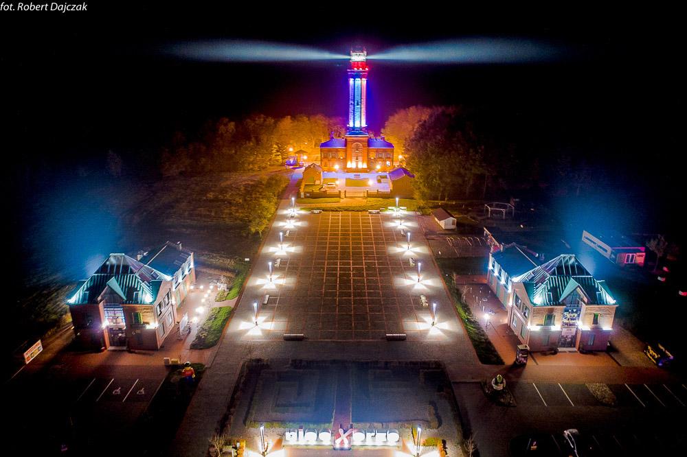 Nocne zdjęcie Niechorza z drona